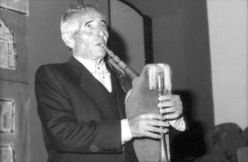 """Abril de 1999, última actuación en directu del gaiteru Pancho Galán, """"El gaiteru Llonín"""", na Casa de Cultura Teodoro Cuesta de Mieres. Presentador: Gausón Fernande."""